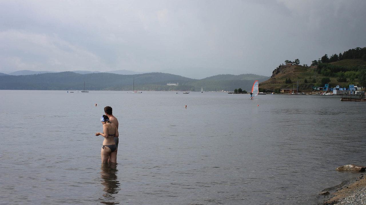 Pro sibiřské jezero Bajkal jsou největší hrozbou turisté. Nabřehu jezera vyrostly stovky malých hotelů, ale ani jeden není napojen nakanalizaci.