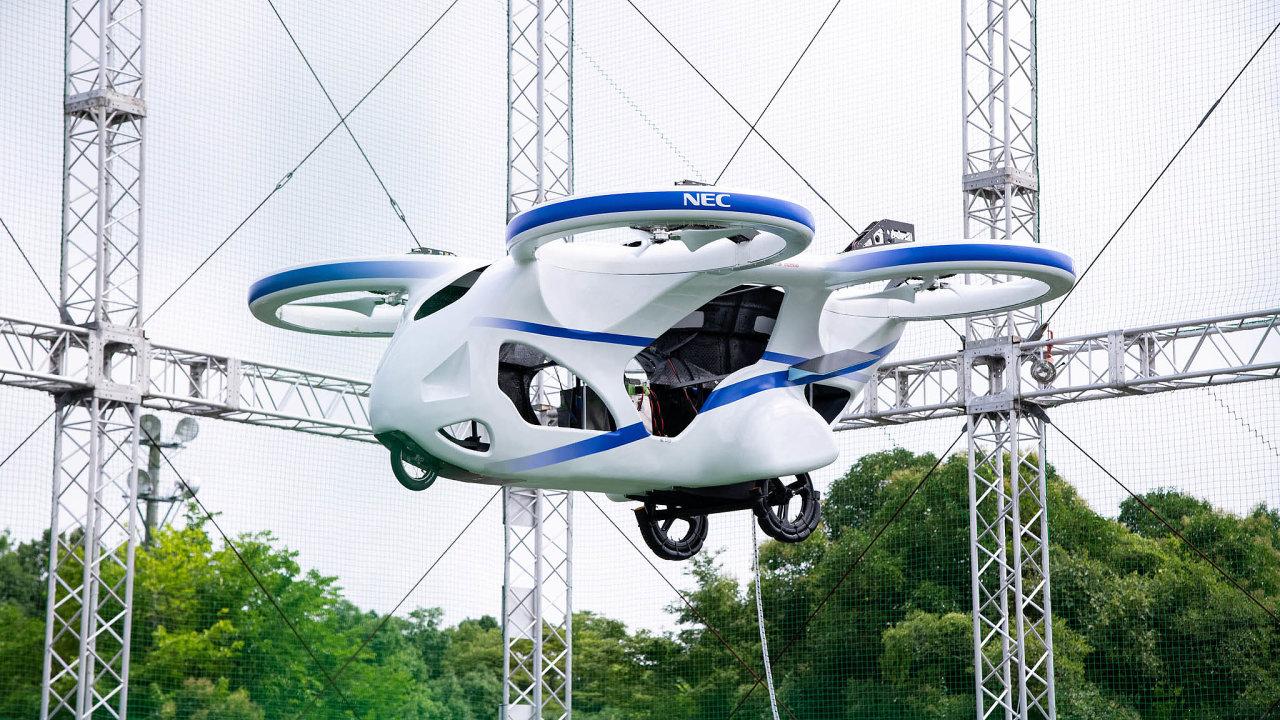 """Japonský výrobce NEC Corp. letos představil """"létající auto"""". Velký stroj podobný dronu se čtyřmi vrtulemi se vznášel vevzduchu asi minutu."""
