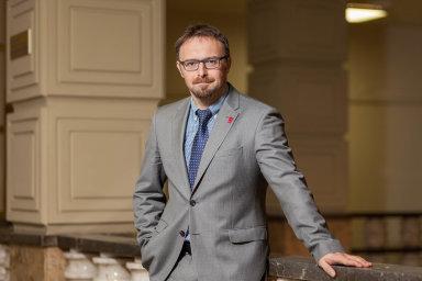 Petr Hůrka, náměstek pro legislativu ministerstva práce asociálních věcí patří kuznávaným odborníkům napracovní právo. Je členem komise pro pracovní právo Legislativní rady vlády.