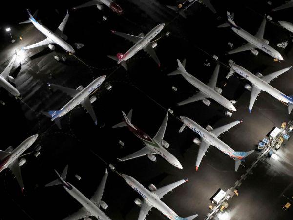 Čekání nazelenou odúřadů. Podvou tragických nehodách letounů Boeingu 737 Max mají všechny stroje tohoto typu zákaz létat. Většina aerolinek nepředpokládá, že by mohly vzlétnout ještě letos.