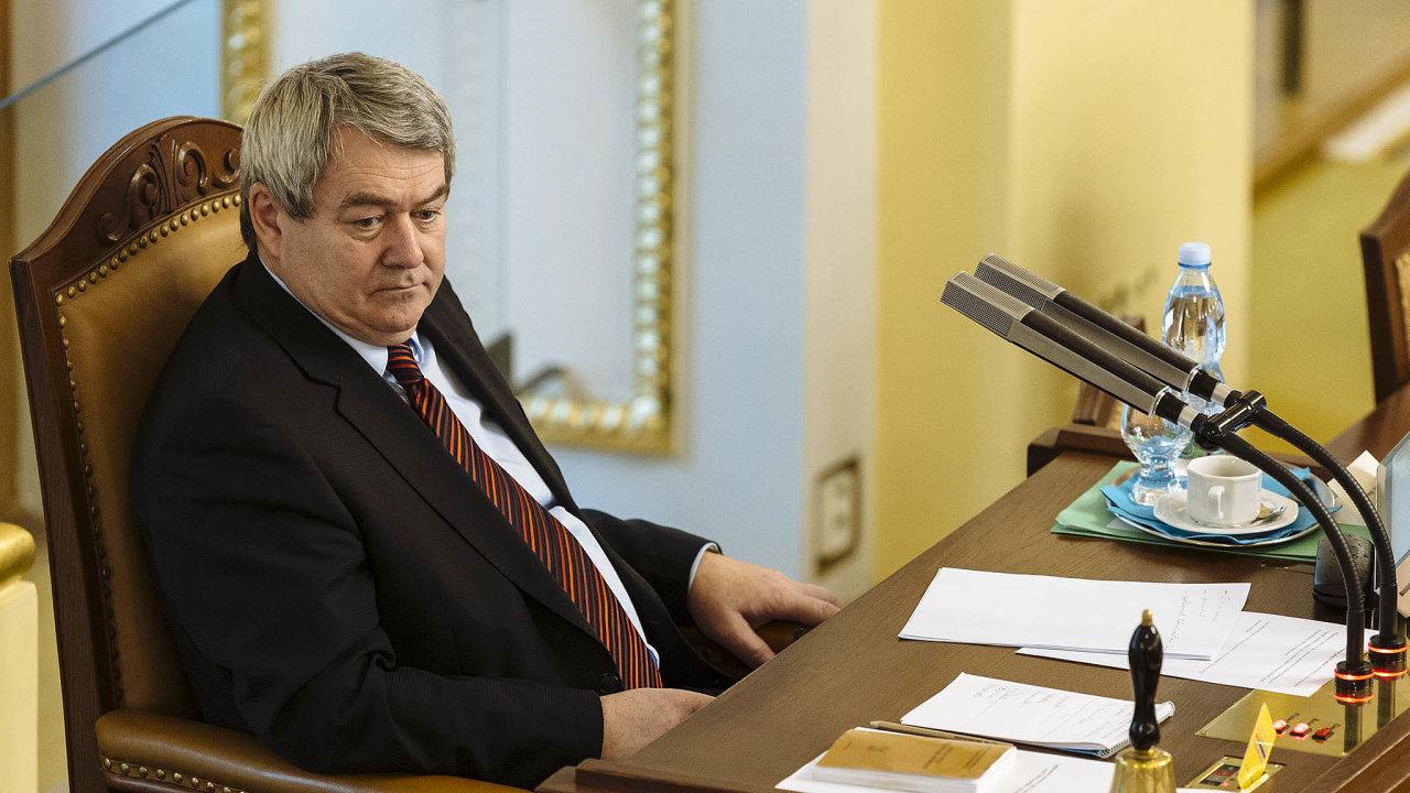 Návrh KSČM zavádí povinná majetková přiznání pro profesionální novináře Českého rozhlasu aČeské televize. Stojí za ním i předseda KSČM Vojtěch Filip.