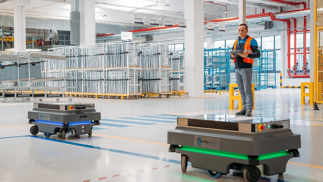 Autonomní roboty vozí v polské továrně Whirpoolu díly do výroby.