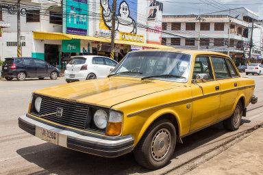 Volvo 240 bylo první auto stakzvaným trojcestným katalyzátorem. Američtí technici, kteří vroce 1976 měřili jeho emise, si nejprve mysleli, že jim selhaly přístroje, tak málo zplodin auto vypouštělo.