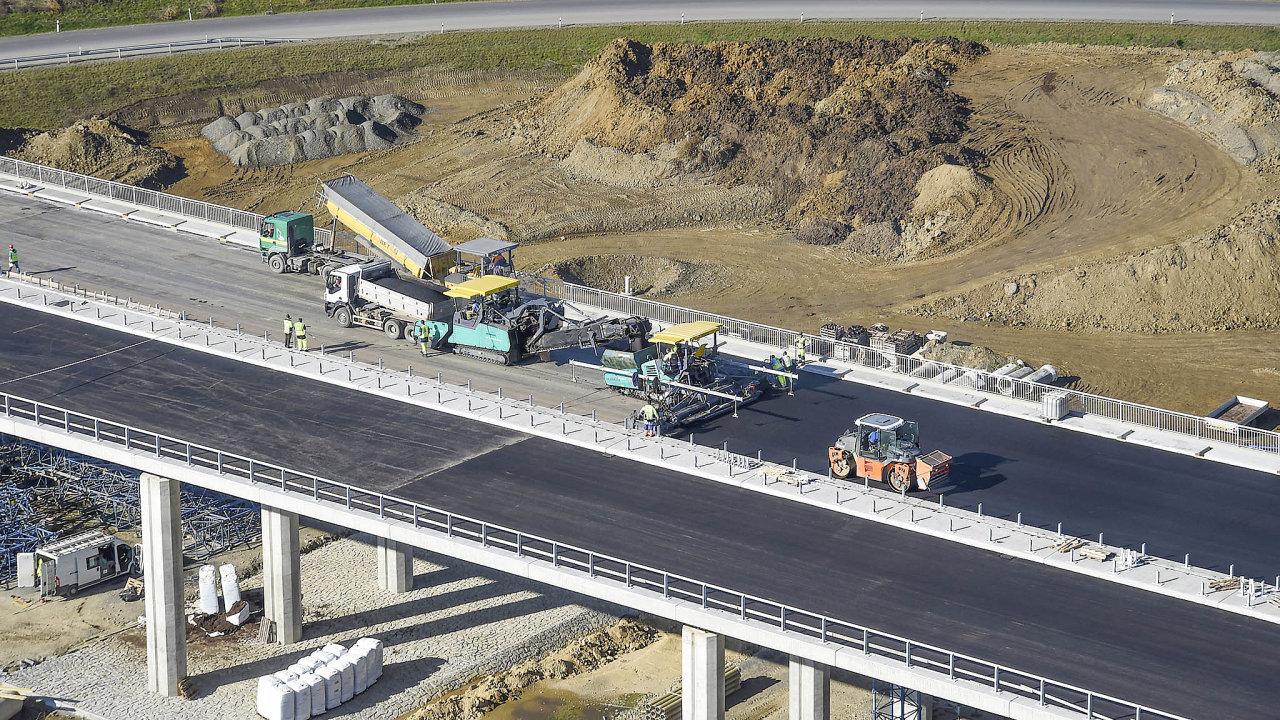 Vydání stavebního povolení trvá úředníkům vprůměru pět let, což je jedna znejdelších lhůt vEvropské unii. Kvůli tomu se vČesku prodlužuje výstavba bytů, dálnic či důležitých železničních tratí.