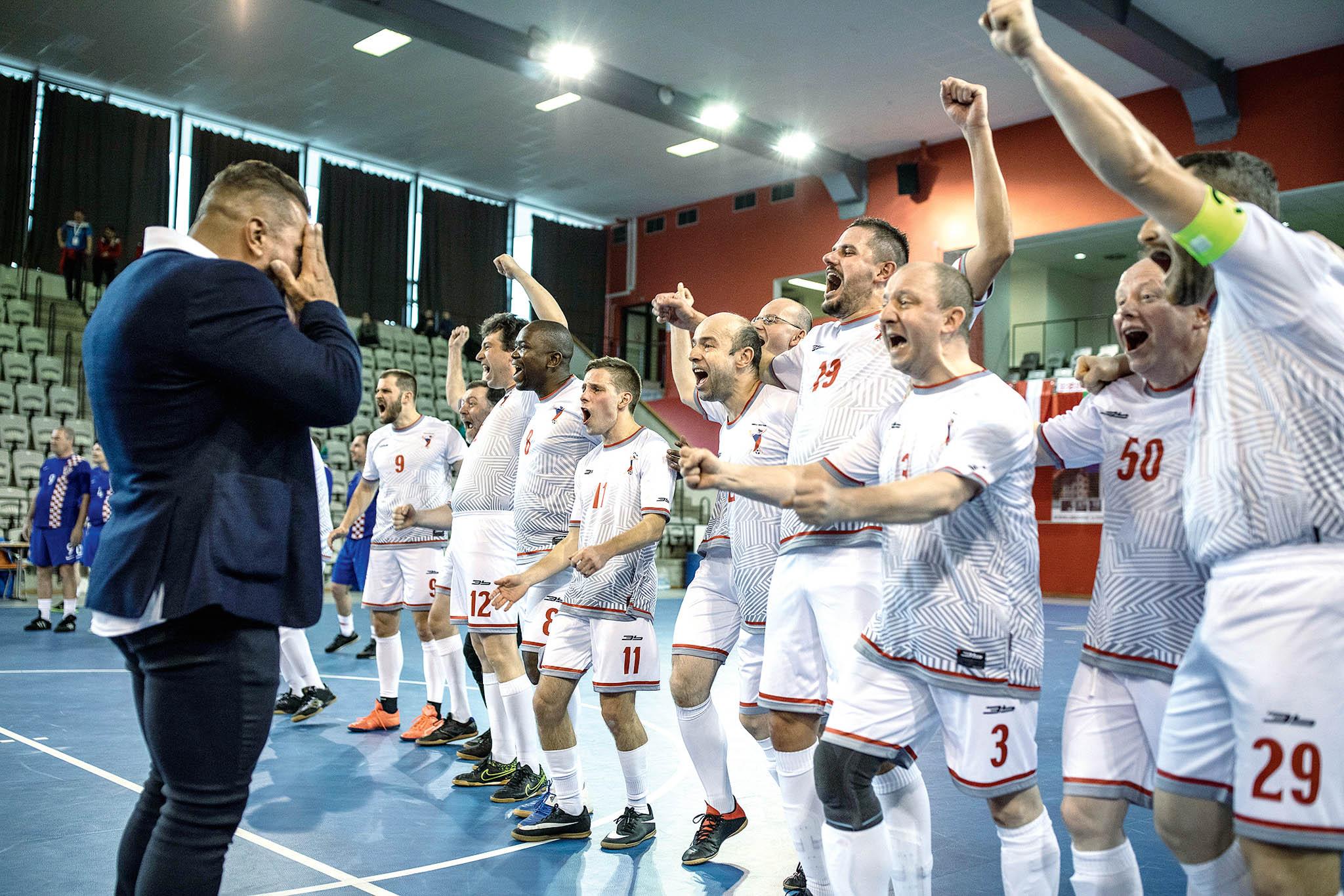 Z osmnácti mužstev skončil český tým s trenérem Markem Vomáčkou (v saku) desátý.