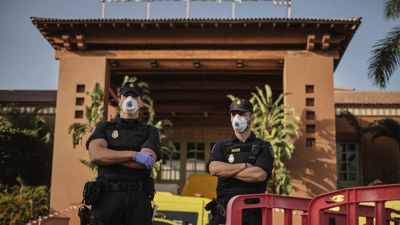 Policisté hlídkují před ubytovacím zařízením Hotel H10 Costa Adeje Palace na jihu Kanárských ostrovů. Jeho hosté včetně šesti Čechů jsou v karanténě.