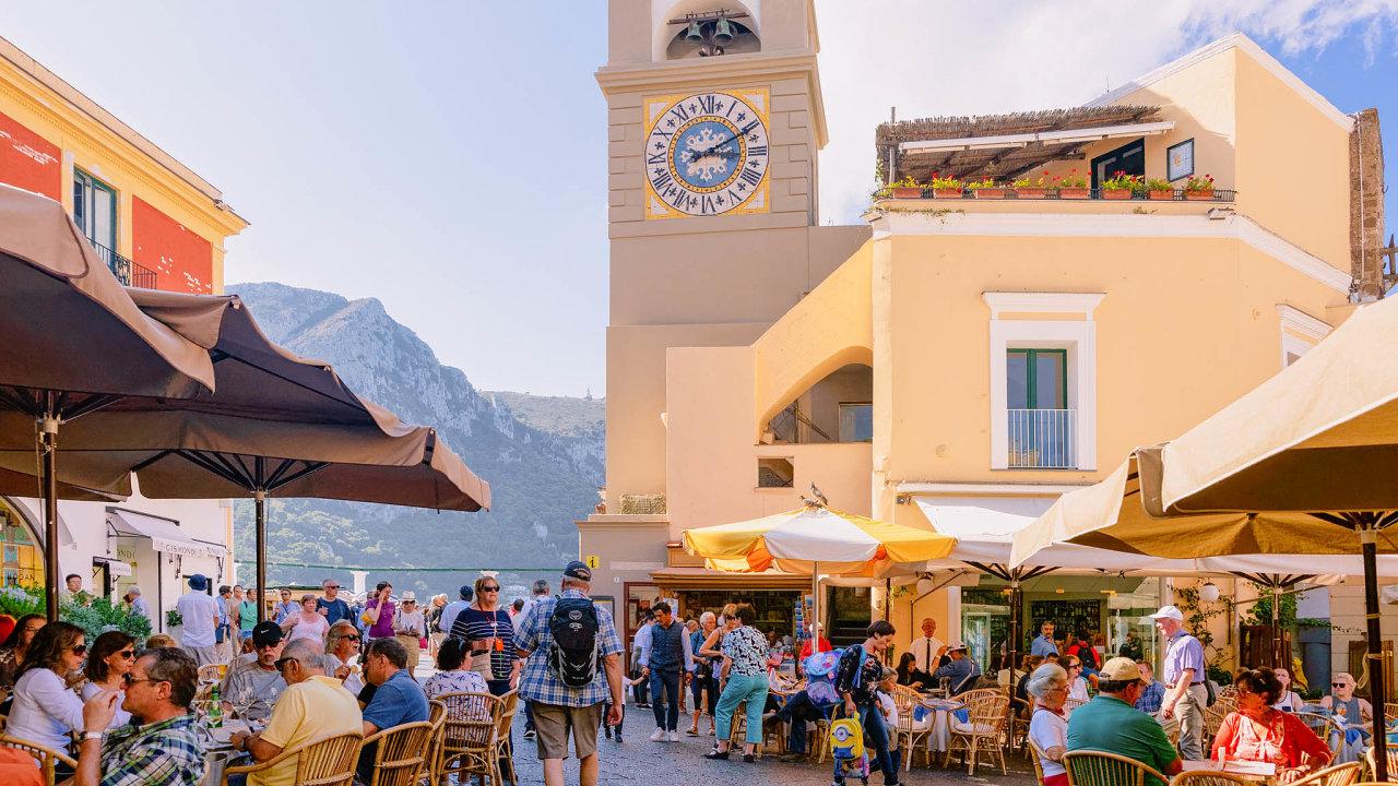 Letní turistickou sezonu s obavami vyhlížejí letoviska ve Středomoří, tak jako ostrov Capri v Neapolském zálivu. Nikdo neví, zda budou vůbec kvůli epidemii moct návštěvníci přijet.