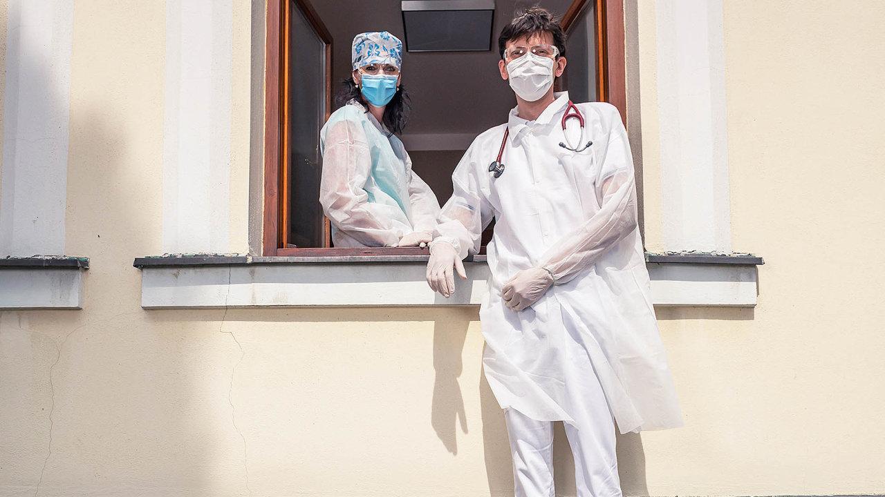 Když potřeboval lékař David Halata schůdky pod okno své ordinace kvůli testování pacientů nacovid-19, místní hasiči mu je dodruhého dne přivezli.
