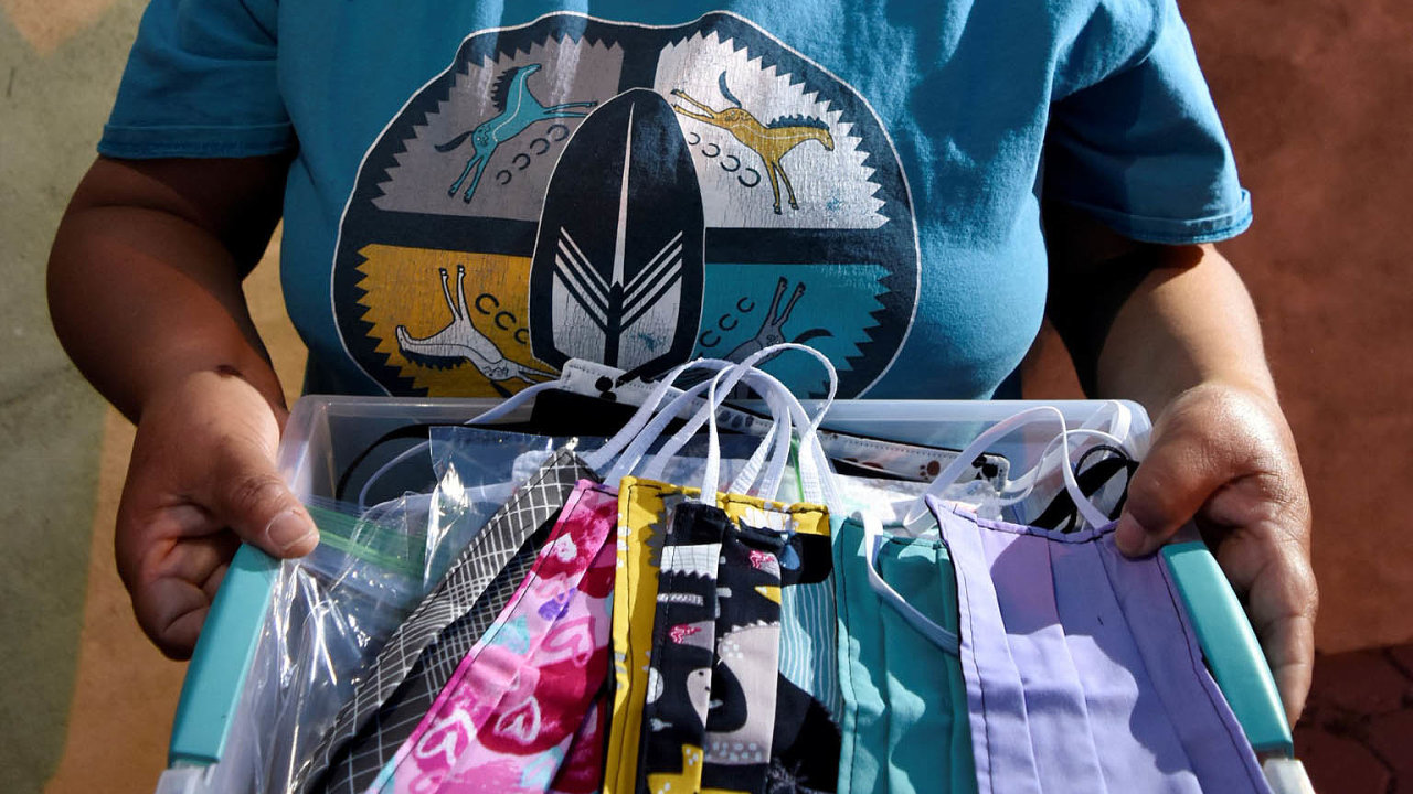 Roušky šijí doma: Naúzemí rezervace Navajo Nation je nošení roušek naveřejnosti povinné. Teresa Petersová ztohoto kmene je proto sama šije doma.