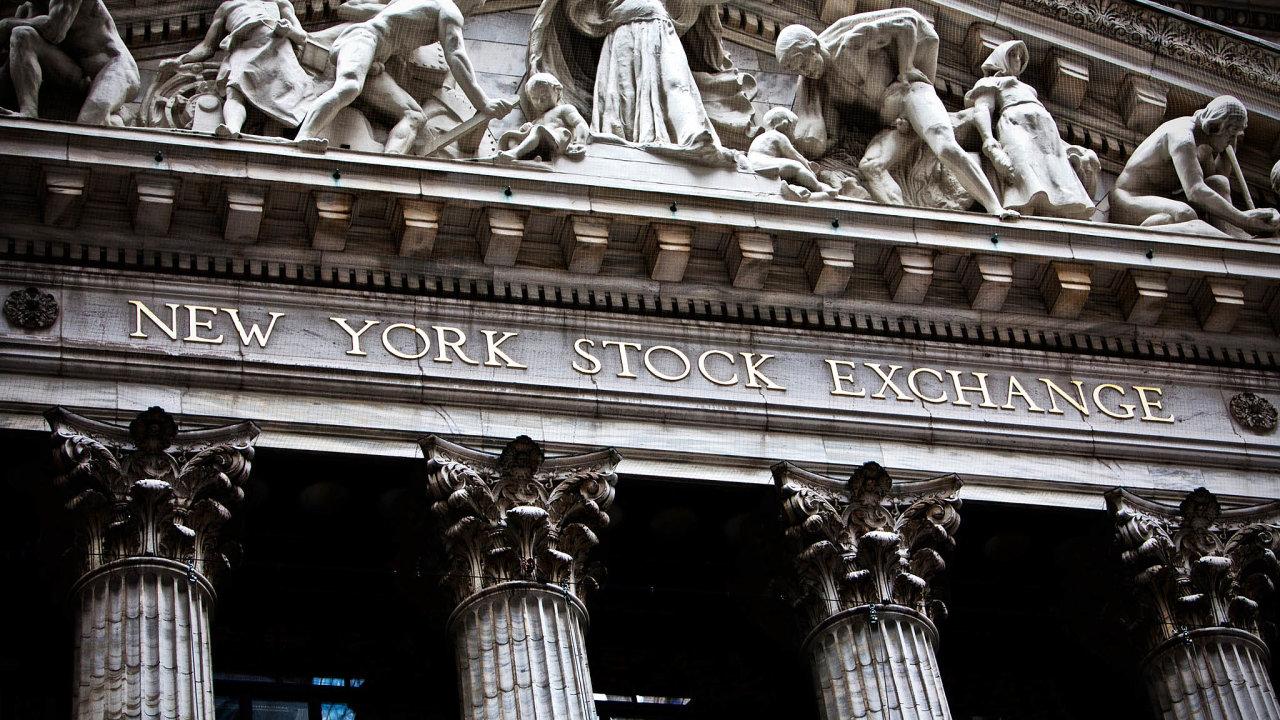 Po dvou měsících částečně obnoví obchodování zaosobní přítomnosti makléřů newyorská burza (New York Stock Exchange, NYSE). Kvůli nemoci covid-19 veškeré obchody probíhaly pouze elektronicky.