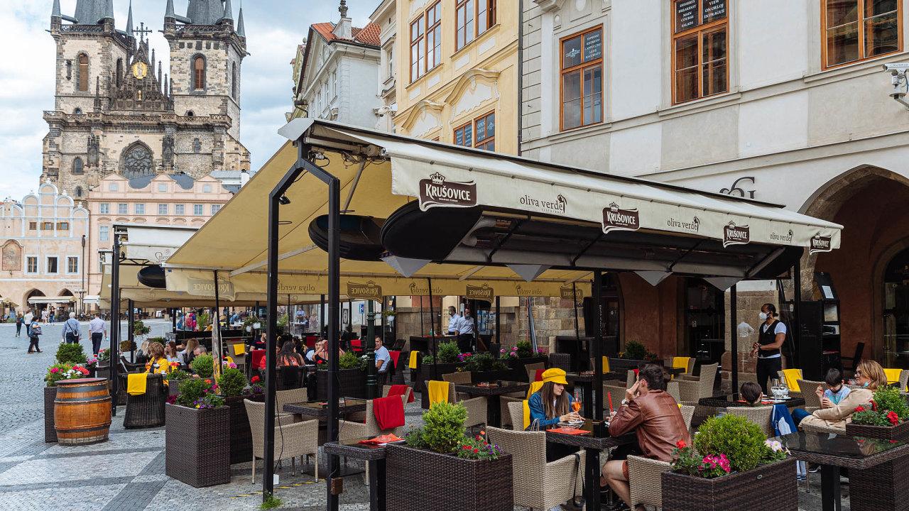 Zalidové ceny. Některé podniky naStaroměstském náměstí výrazně zlevnily, aby přilákaly české zákazníky. Pivo tam teď stojí kolem padesáti korun. Před pandemií to bylo okolo 130 korun.