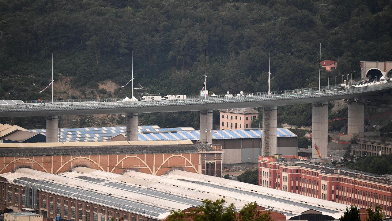 Jako první se po novém janovském mostě prošel prezident Sergio Mattarella. Pro dopravu se však most otevře až ve středu.
