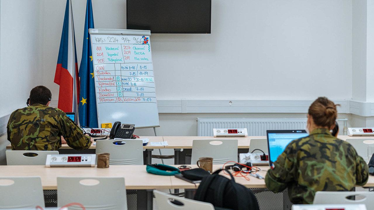 Armáda vakci. Strasováním hygienickým stanicím pomáhají vojenští iběžní medici.