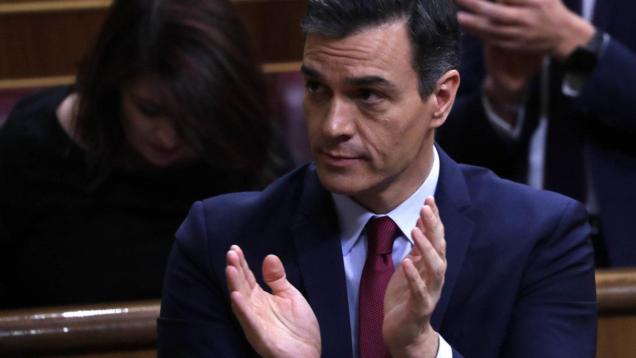 Španělský politik Pedro Sánchez získal důvěru pro svoji koaliční vládu.