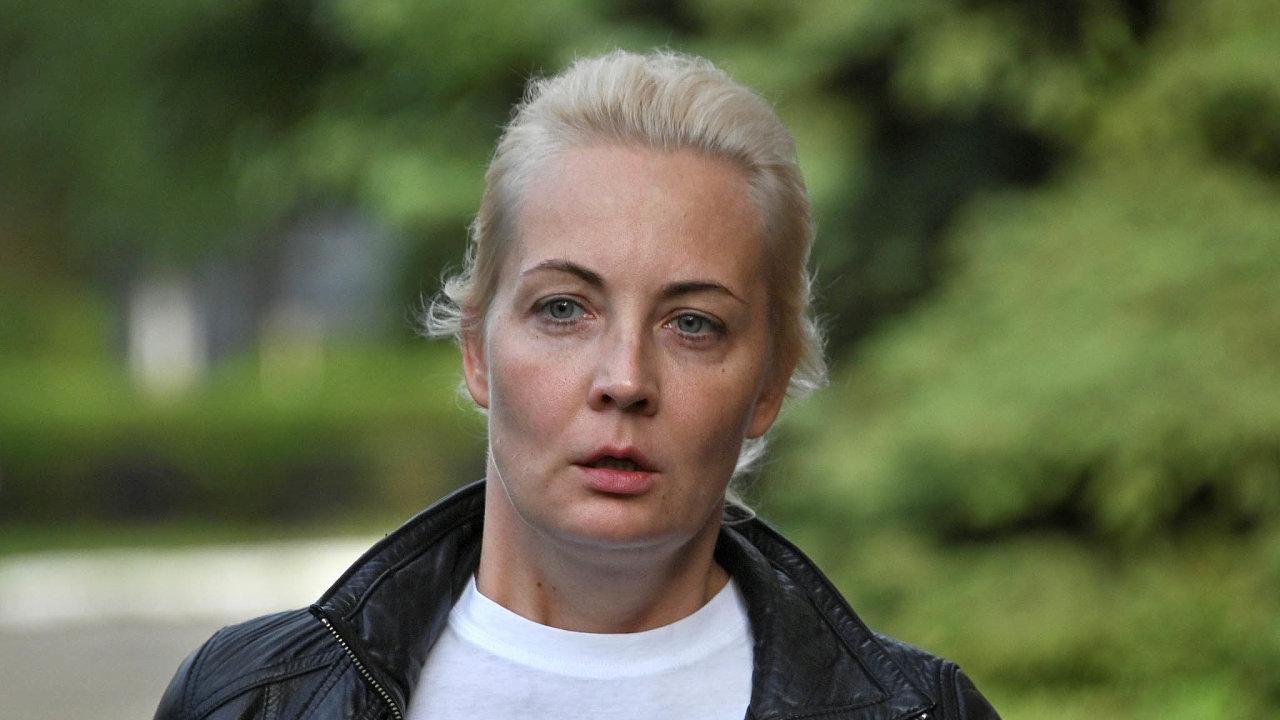 Vystudovaná ekonomka Julia Abrosimová se s Alexejem Navalným seznámila na dovolené v roce 1998. O dva roky později se vzali. Vždy dávala najevo, že manžela podporuje, ale veřejně příliš nevystupovala.