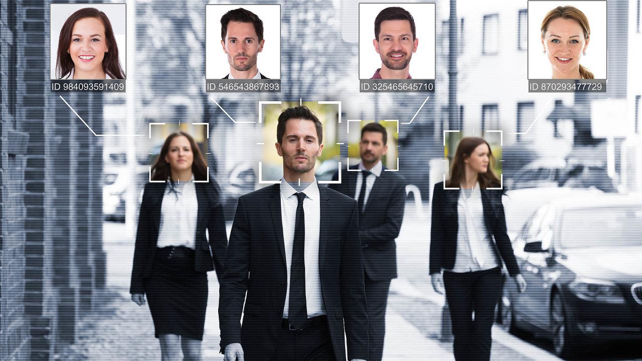 Rozpoznávání tváří není nic nového, jenže srozvojem umělé inteligence aosazováním nároží kamerami spřipojením kinternetu se naplno otevírá otázka etiky avšudypřítomného šmírování.