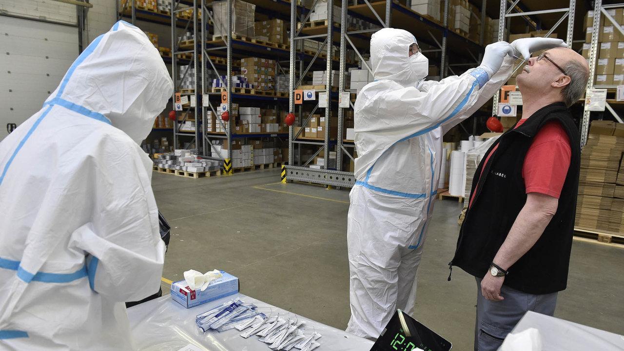 Jak zkrotit epidemii? Testování vefirmách má zamezit masivnímu šíření koronaviru.