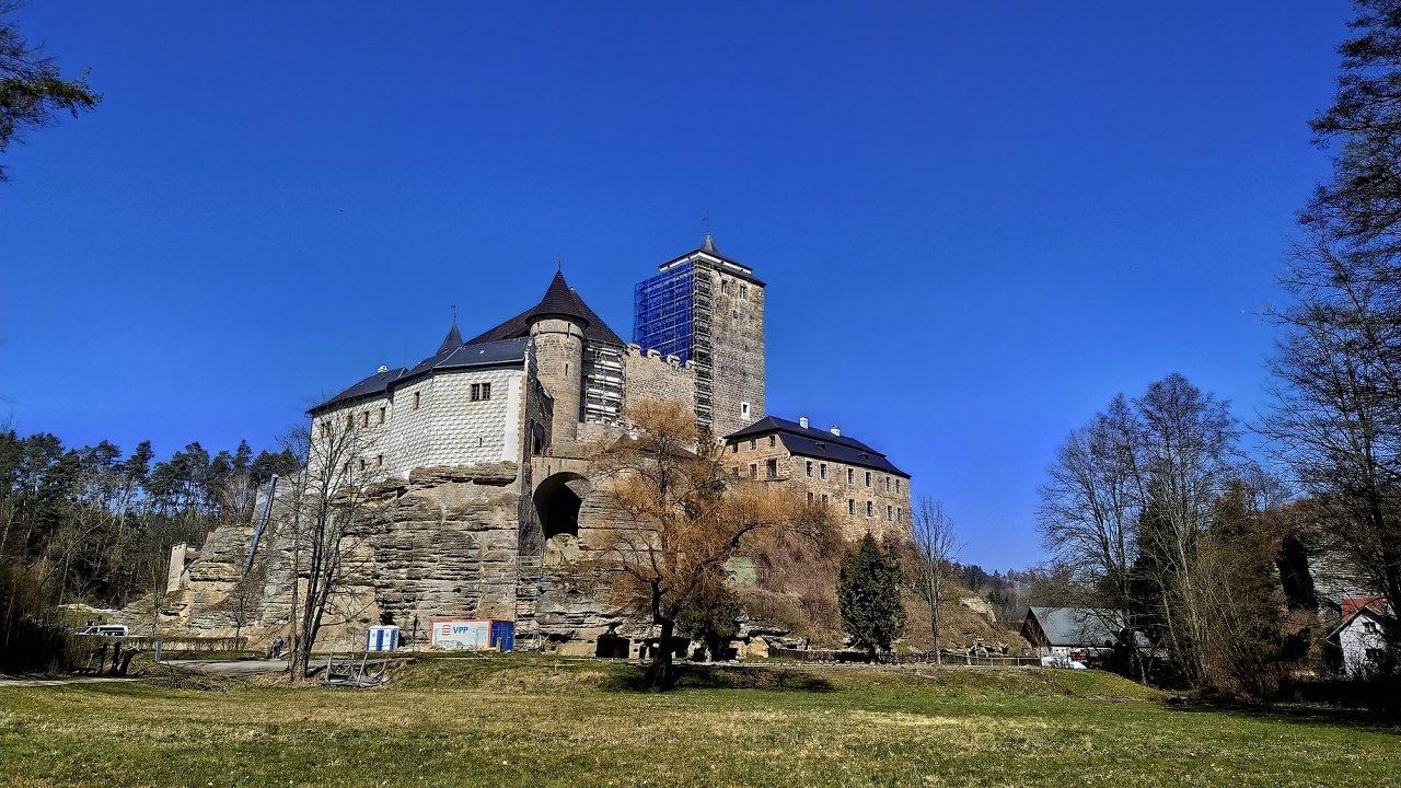 Pohled na hrad Kost, na kterém právě probíhá rekonstrukce, u věže stojí lešení