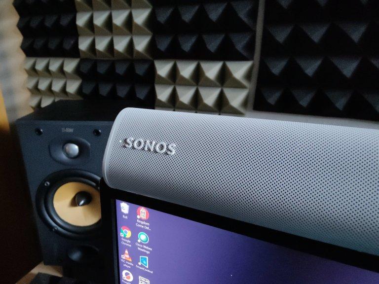 Sonos Roam je nejmenší a nejlevnější reprosoustava značky, má v sobě wi-fi i Bluetooth a nebojí se vody.
