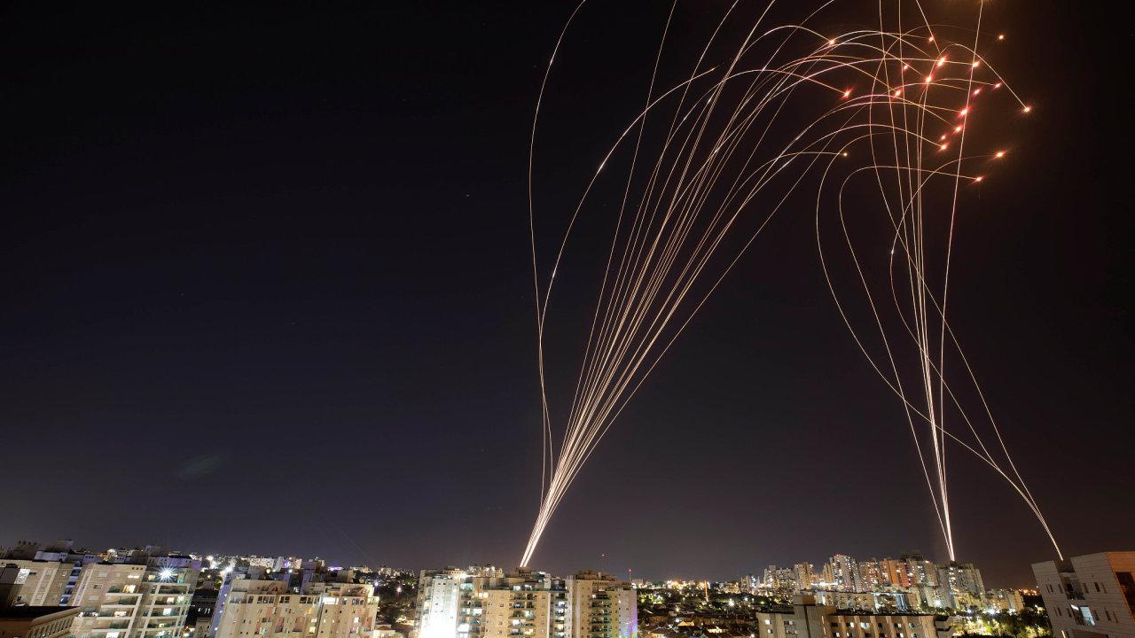 Střely systému Iron Dome zasahují palestinské rakety vystřelené z Pásma Gazy na jihoizraelské město Aškelon.