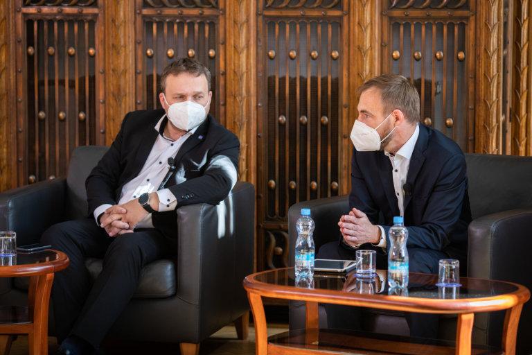 V sídle ministerstva průmyslu a obchodu diskutovali také poslanci Marian Jurečka (KDU-ČSL) aPetr Třešňák (Piráti).