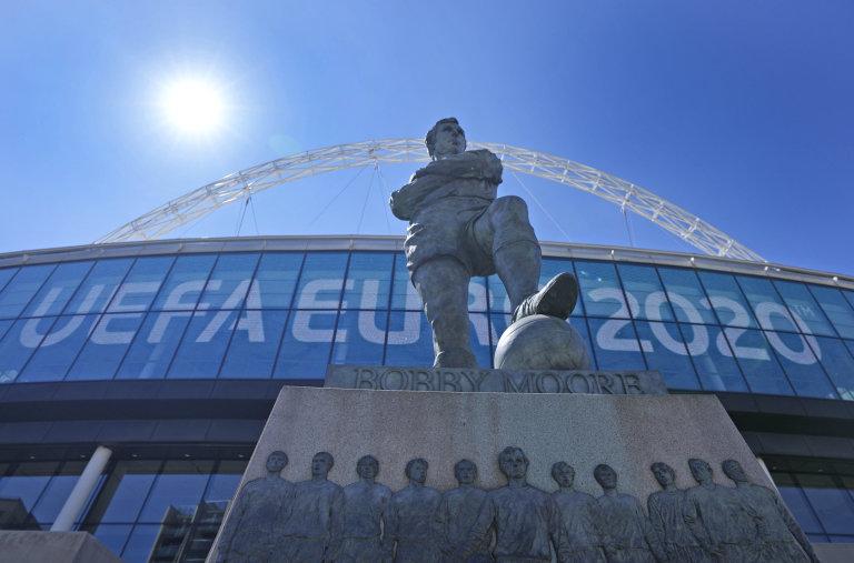 Socha anglické fotbalové legendy Bobbyho Moorea před stadionem ve Wembley, kde se bude hrát finále šampionátu.