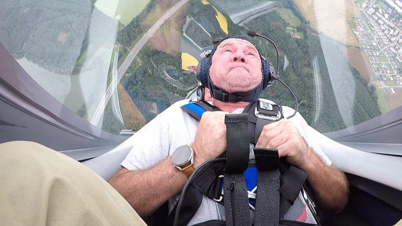 Redaktor HN se proletěl s akrobatickým pilotem Martinem Šonkou.