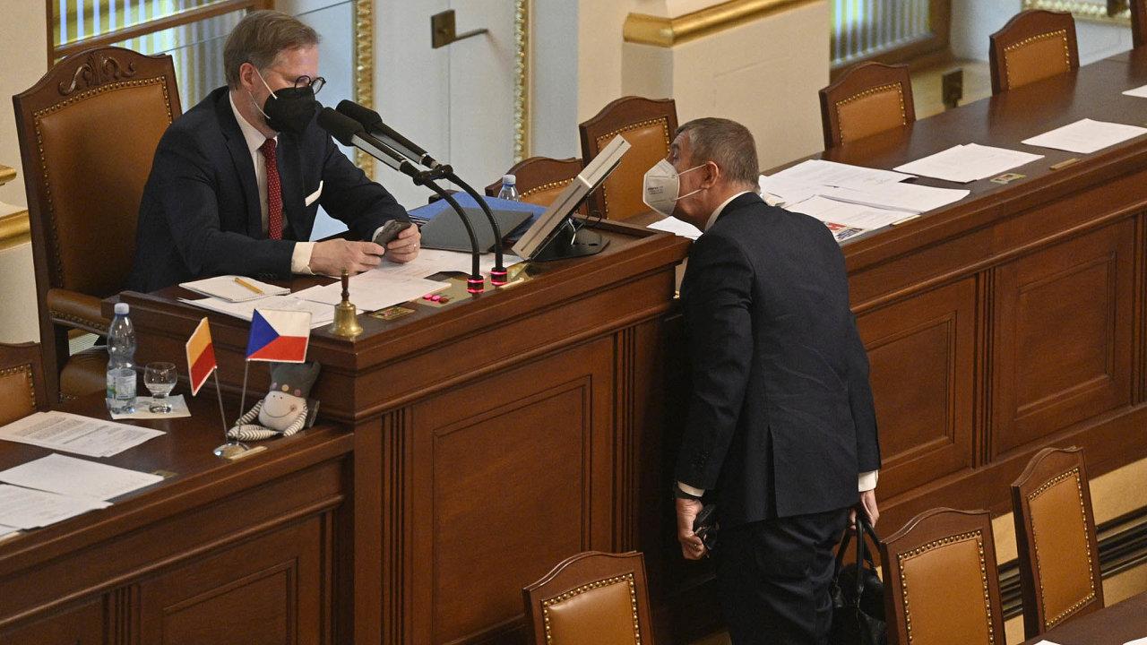 Premiér Andrej Babiš (vpravo) a místopředseda dolní parlamentní komory Petr Fiala na schůzi Poslanecké sněmovny