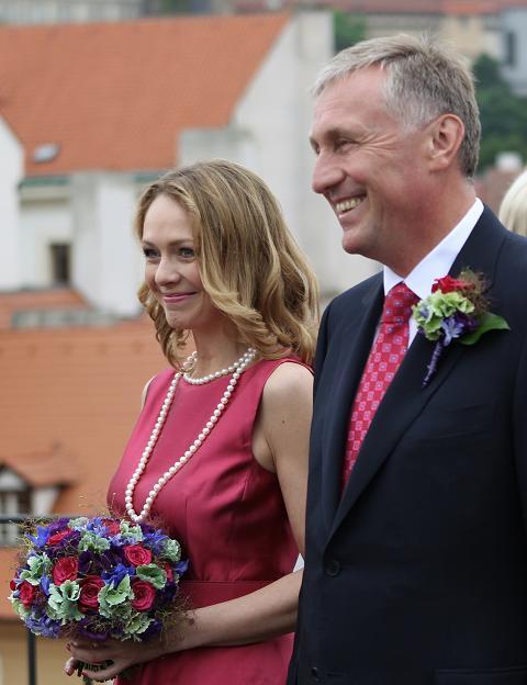 Mirek Topolánek a Lucie Talmanová při svatebním obřadu