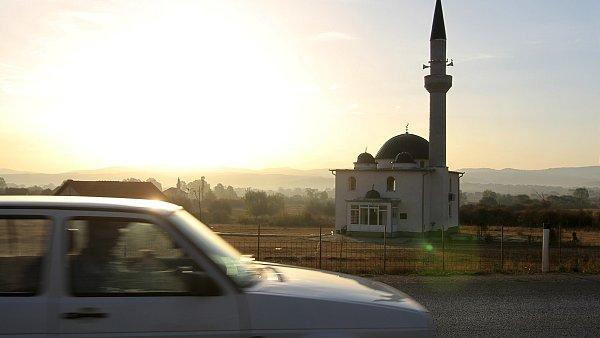 Občas krajina Kosova připomíná Divoký západ. Zpět na Balkáně se ocitnete při pohledu na mešity, jichž směrem kjihu přibývá.