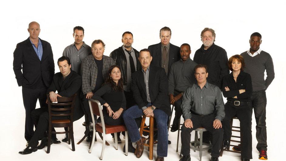 Tom Hanks společně s dalšími účinkujícími ve hře Lucky Guy.