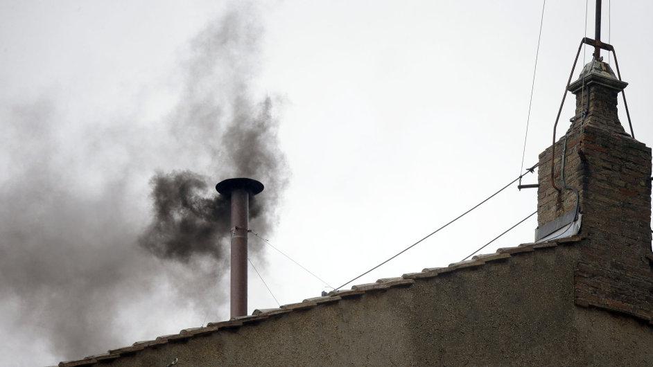 Tmavý kouř nad Sixtinskou kaplí