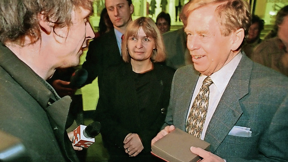 V roce 2000 musel David Černý převzít Chalupeckého cenu z rukou Václava Havla na chodníku před Veletržním palácem. Milan Knížák je dovnitř nepustil.
