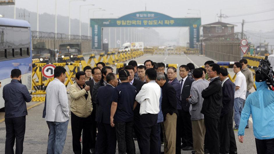 Majitelé jihokorejských továren u zavřené cesty do Kesongu