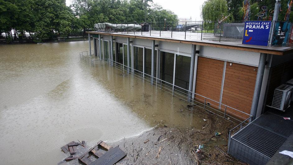 Zcela zaplavený a minimálně na měsíc zavřený je pražský klub Jazz Dock.