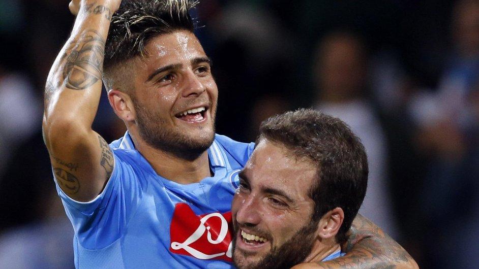 Lorenzo Insigne a Gonzalo Higuaín se radují z gólu Borussii