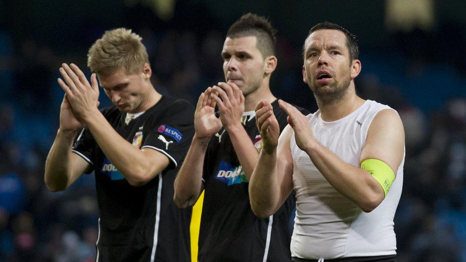 Pavel Horváth (vpravo) se spoluhráči děkuje fanouškům Plzně v Manchesteru