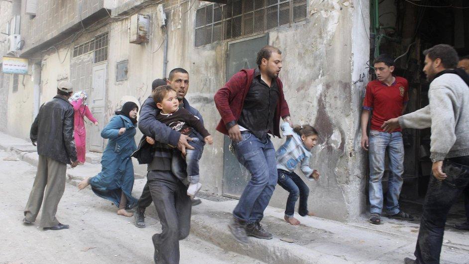 Obyvatelé syrského Aleppa se utíkají schovat před bombardováním.