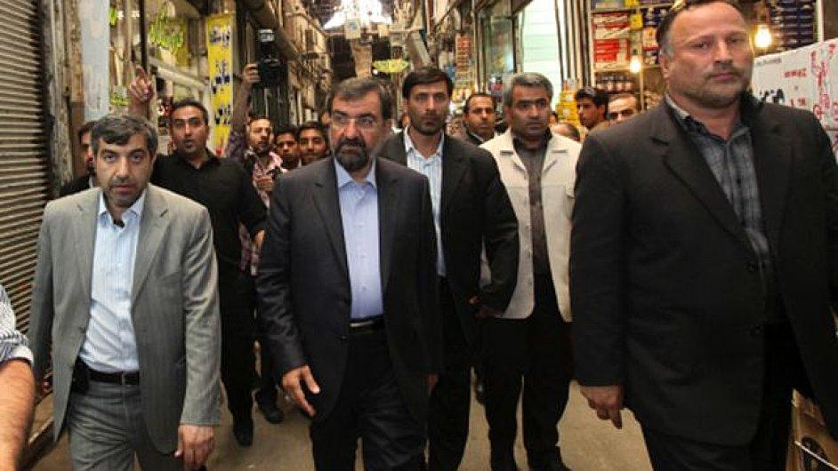 Mohsen Rezáí uprostřed