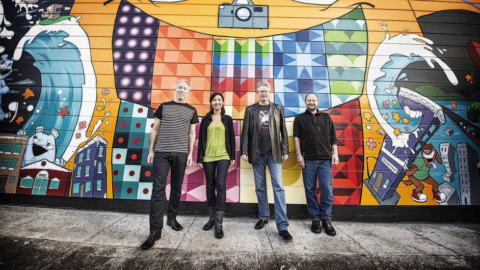 Kronos Quartet tvoří Hank Dutt (viola), Sunny Yangová (cello), David Harrington (housle) a John Sherba (housle).