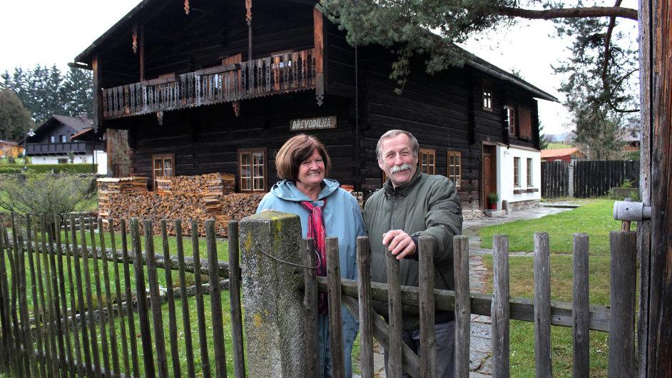 Manželé Vokurkovi se do svého alpského domečku ve Volarech zamilovali.
