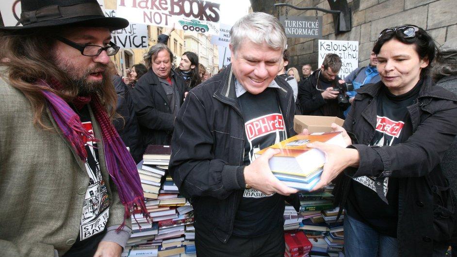 Snímek z protestní akce proti zvýšení DPH na knihy, která proběhla v květnu 2011 v Praze.
