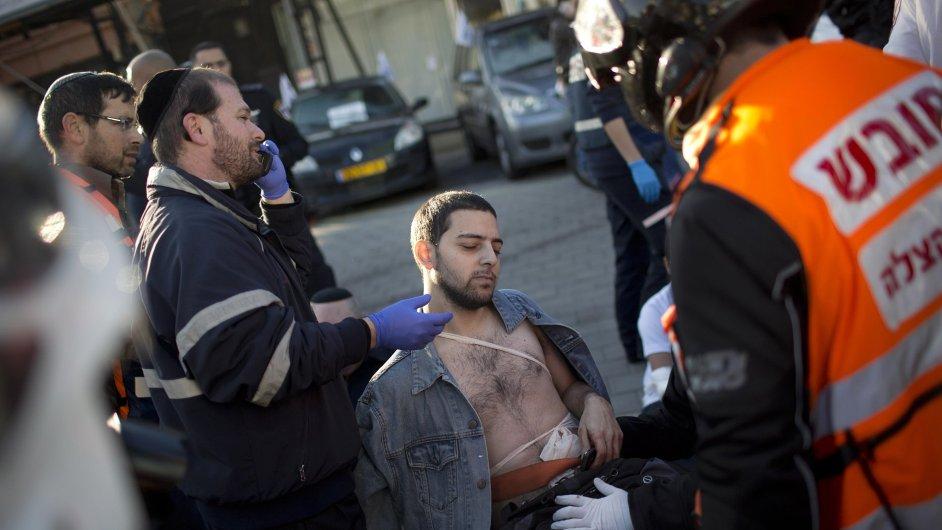 Záchranáři ošetřují muže zraněného při útoku v Tel Avivu