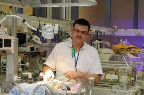 Hloupá hudba do inkubátoru nepatří, říká lékař. Dětem pouští hlas mámy