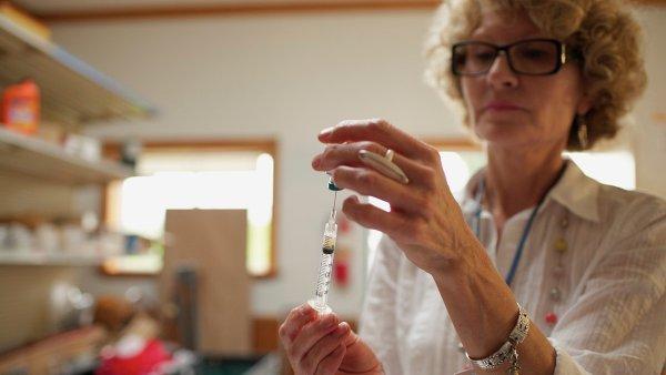 Senioři už si nebudou muset připlácet za dražší vakcínu proti pneumokokům. Zaplatí jim jí VZP - Ilustrační foto.
