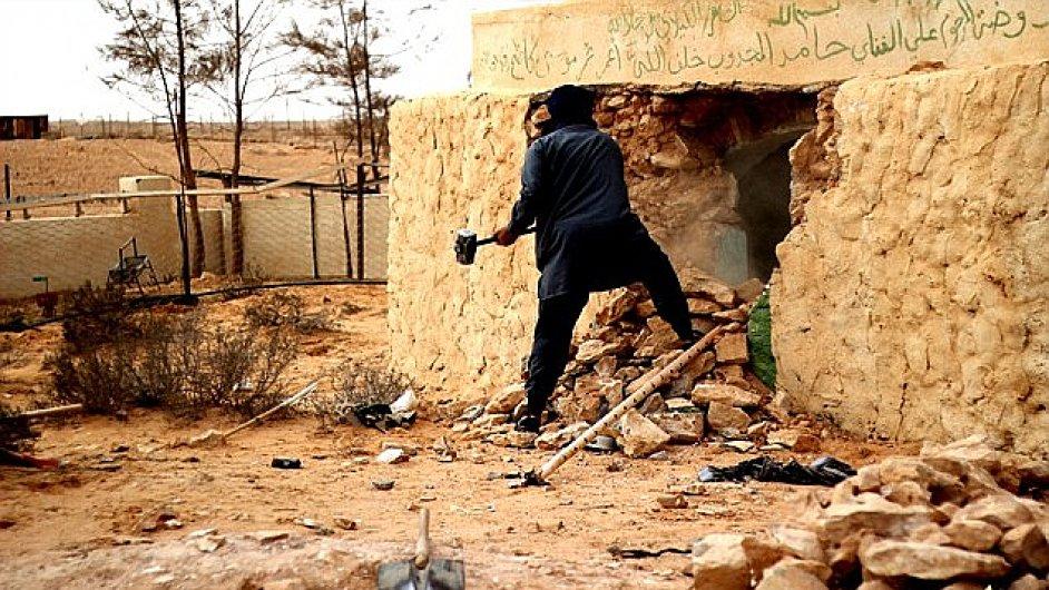 Stoupenec Islámského státu ničí súfiskou svatyni.