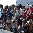 M�me plno: Stovky uprchl�k� pluj�c�ch z Afriky �ekaj� na vylod�n� v italsk�m p��stavu Salerno