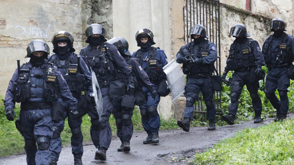 Těžkooděnci v akci: Začátkem května vyklidilo 130 policistů s vodním dělem usedlost Cibulka v Praze 5, kde squaterům skončil nájem. Podle kritiků byl zásah zbytečně nafouknutý.