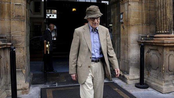 Režisér Woody Allen před hotelem na severu Španělska letos v červenci.