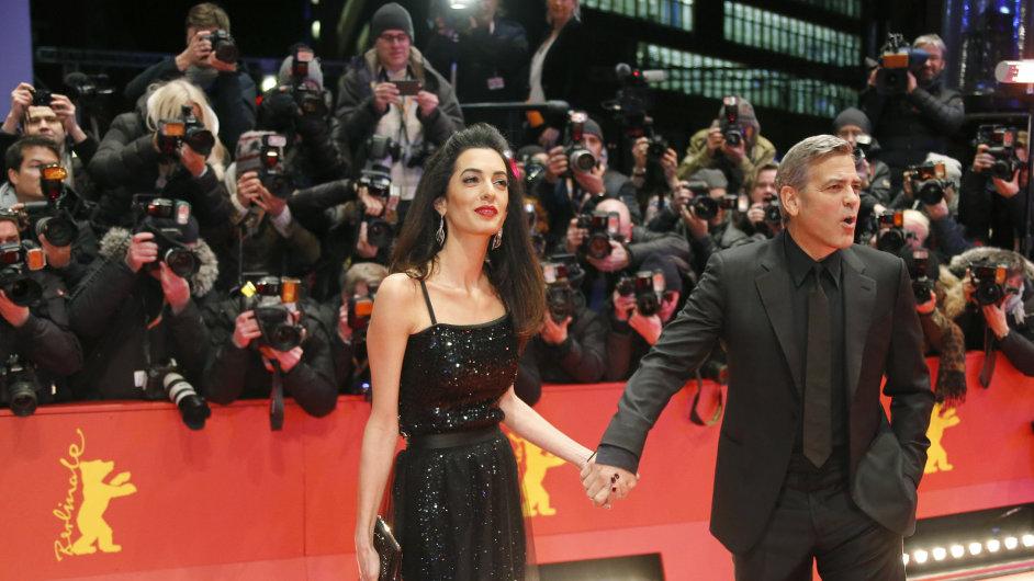 George Clooney s právničkou a lidskoprávní aktivistkou Amal Alamuddin Clooneyovou na premiéře filmu Ave, Caesar! na Berlinale.